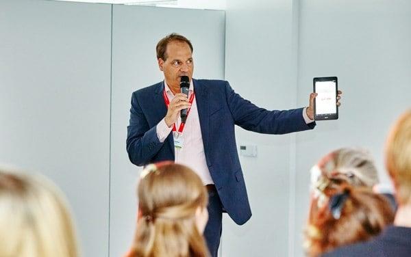 Tim Schlüter bei der Moderation mit VOXR